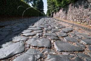Via Appia - La voie Appienne (Via Appia) est une voie romaine. Elle fut construite en 312 av. J.-C.. Elle joignait à l'origine Rome à Capoue, puis fut prolongée jusqu'à Brindes (Brundisium). En 71 av. J.-C., plus de 6000 esclaves furent crucifiés le long de la voie Appienne. (Wikipédia)