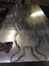 Die Monster werden auf das Alublech skizziert