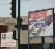 Jammeh op elke hoek van de straat
