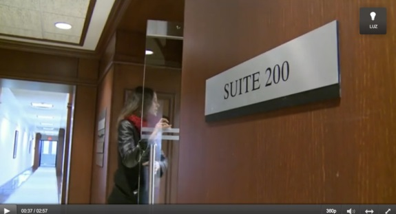 A SporTV reporter enters suite 200. Source: screen shot from SporTV video.