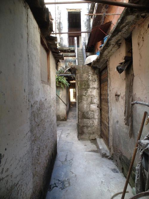 The courtyard near Willberto Parada's residence in Old Havana (Photo: Patrick Symmes for Yahoo News)