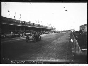 25-6-12, circuit de Dieppe, Hanriot sur Lorraine-Dietrich [pendant la course, dans la ligne droite des tribunes]