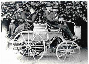 protoype-dog-cart-devant-emile-levassor-et-emile-mayade-de-face-derriere-louise-sarazin-et-rene-panhard