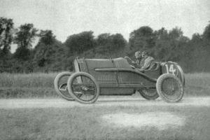 Jules_Goux_deuxième_du_Grand_Prix_de_France_à_Amiens_en_1913_sur_Peugeot-300x200 Photo Théo. Schneider 1913 par J.H. Lartigue Autre Divers