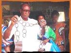 Boubacar Joseph Ndiaye, director del museo hasta el 2009, enseña las cadenas utilizadas.