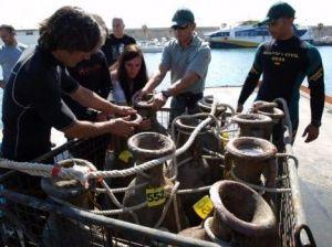 Foto del equipo del Bou Ferrer en el momento del transporte del cargamento de la nave.