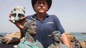 El director de la Unidad de Arqueología Marina de la Autoridad de Antigüedades de Israel (AAI), Jacob Sharvit, muestra algunos de los objetos hallados - EFE