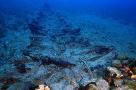 Restos de una nave de madera en el fondo del mar Foto Vasilis Mentoriagis
