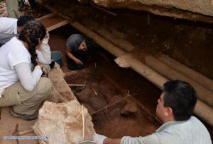 ACAPULCO, octubre 14, 2016 (Xinhua) -- Imagen del 5 de octubre de 2016, de arqueólogos trabajando en el sitio donde fueron descubiertos fragmentos antiguos de porcelana china en la ciudad de Acapulco, estado de Guerrero, en el sur de México. Fragmentos de tazones de arroz, tazas, platos y platones de porcelana correspondientes a tiempos del emperador chino Wanli, de la dinastía Ming, de 1573 a 1620, y traidos por la Nao de China, fueron recuperados por un grupo de arqueólogos mexicanos. Los trabajos de recuperación se realizaron a un metro y medio del suelo del viejo Acapulco, estado de Guerrero (sur), informó el viernes en un comunicado el Instituto Nacional de Antropología e Historia (INAH) de México Detalló que en una calle contigua a la catedral de Acapulco, en los perfiles de una zanja que contendrá un nuevo sistema hidráulico, eléctrico y de cableado de telecomunicaciones, sobresalieron pedazos de finas vajillas que viajaron a bordo del Galeón de Manila (la Nao de China), las cuales no llegaron a su destino, las vitrinas y mesas de las familias novohispanas. (Xinhua/Melitón Tapia/INAH)