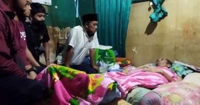 Subbag Humas Polres Sumbawa Barat Kunjungi Wartawan Lagi Sakit, Beri Bantuan Dana Pengobatan