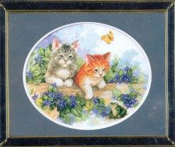 Gráfico de punto de cruz para descargar GRATIS en PDF, imprimir y bordar dos gatitos con rana, mariposa y flores