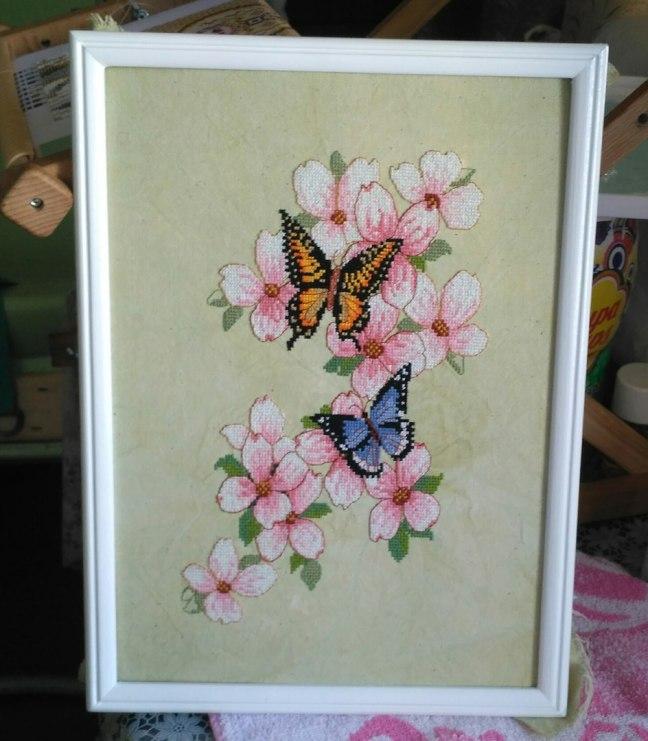 Gráfico de punto de cruz para descargar GRATIS en PDF, imprimir y bordar mariposas sobre flores