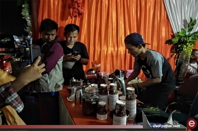 Barista Sedang meracik kopi Gratis Kaleok untuk di suguhkan kepada para pengunjung