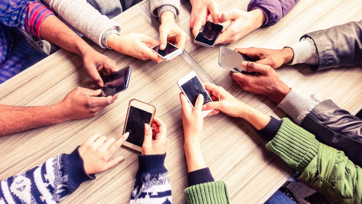 75% of people pretend to use phone to avoid interaction: Study