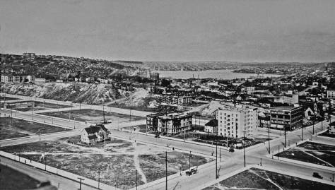"""Fifth Avenue, the north-south dividing line between the regrade and the """"Old Quarter"""" runs to this side of the temporary bluff. The view looks north toward Lake Union."""