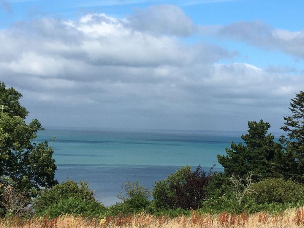 Blauer Himmel und türkisfarbenes Meer