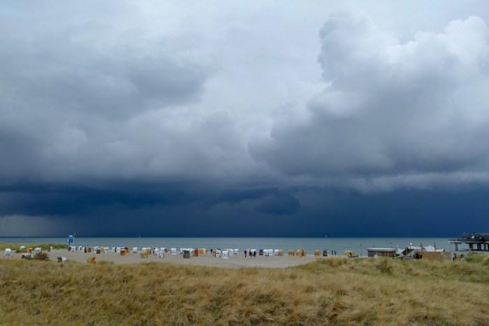 Der Strand am Steinwerder vor Heiligenhafen wirkt toll, das Wetter jetzt eher nicht so