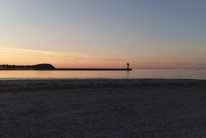 Sonnenuntergang und Strand - Mopsherz, was willst Du mehr?!