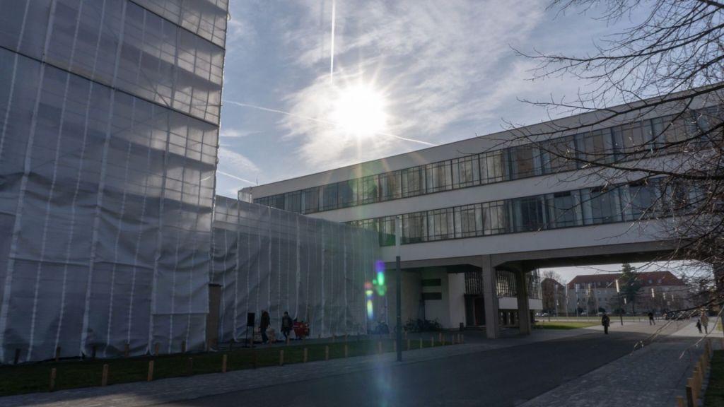 Das Ateliergebäude der Bauhaus-Schule in Dessau, verhüllt mit einem Gerüst