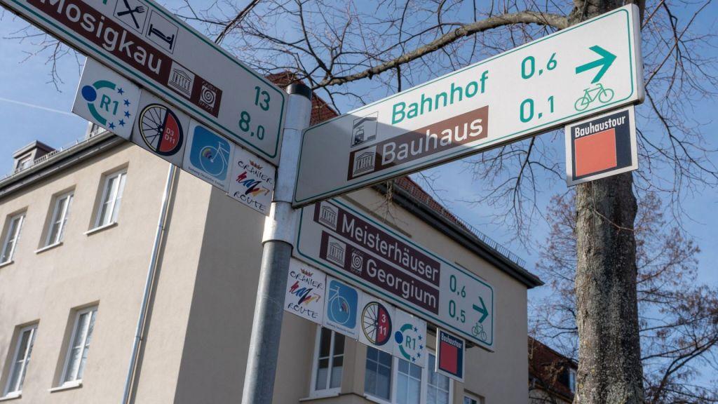 Ein Straßenschild weist den Weg zu den Meisterhäusern
