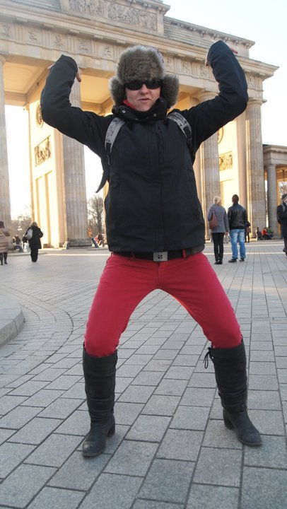 Yo sujetando la Puerta de Brandeburgo