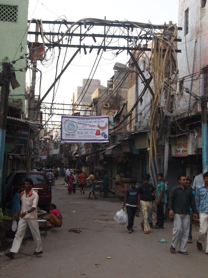 Calle de Delhi repleta de cables y de gente