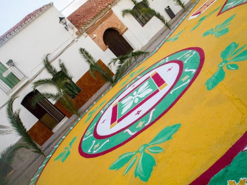 Suelo de la plaza del Ayuntamiento de Granja de Torrehermosa pintada