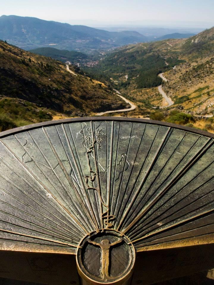 Placa con la carretera del Parque Regional de Gredos
