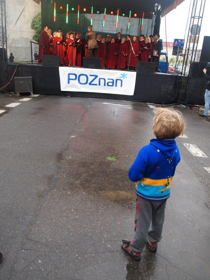 Niño ve el espectáculo de un coro en Poznan