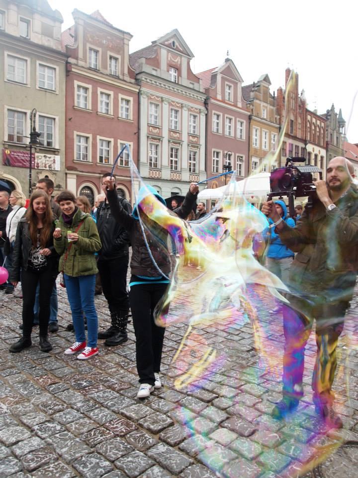 Personas haciendo burbujas en la plaza del mercado de Poznan