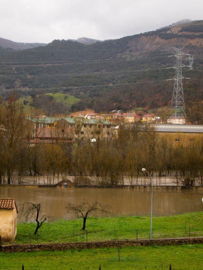 El río Bernesga desbordado a su paso por La Robla