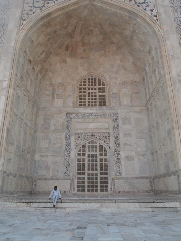 Persona sentada en una de las entradas del Taj Mahal