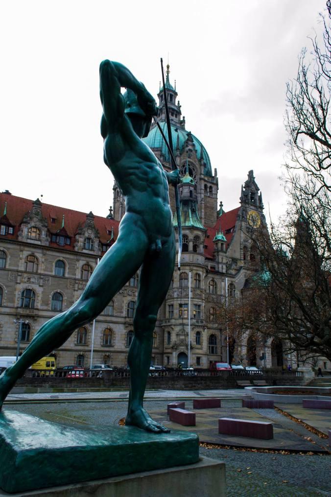 Escultura de Hermes frente al ayuntamiento de Hannover