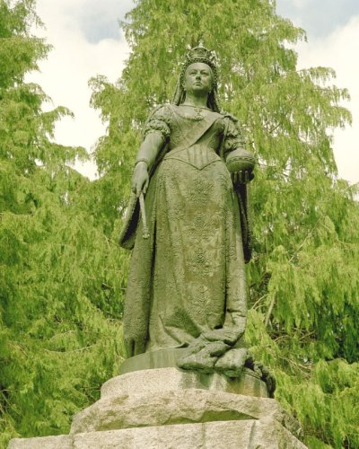 Royal 'rip-off' statue of  Queen Victoria at Balmoral!