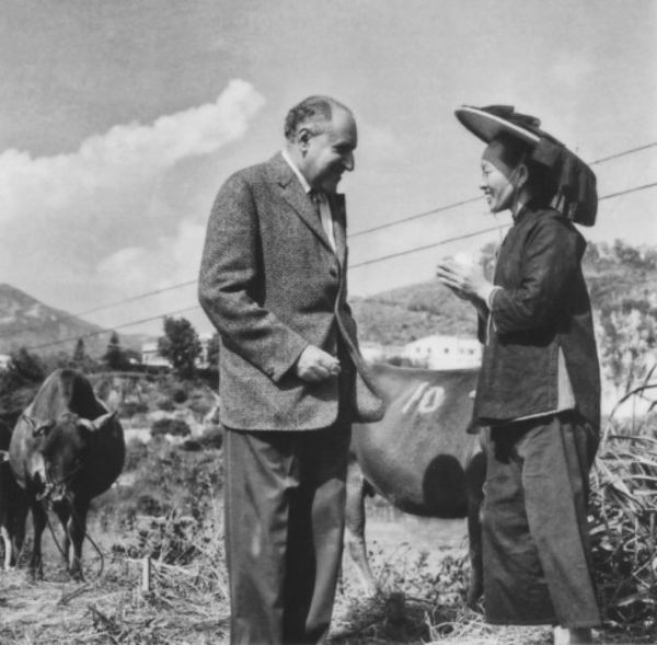 Lord Lawrence Kadoorie chatting to a local farmer
