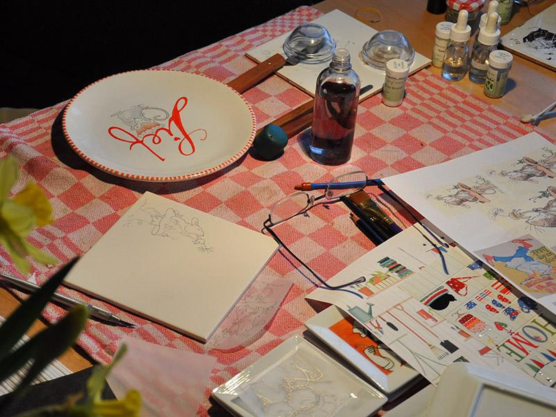 tafel vol met schilder spullen