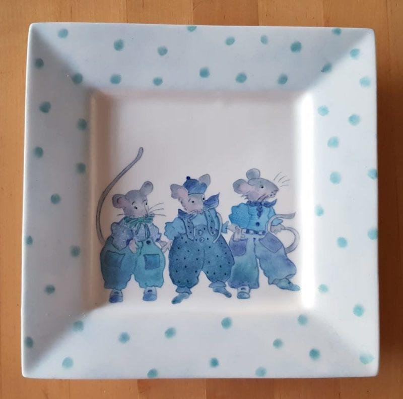 bord met drie blauwe muizen handbeschilderd