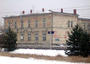 In Glöwen steht eines der eindrucksvollsten und zugleicht ruiniertesten Bahnhofsgebäude.