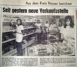 """Eröffnung des Konsumgebäudes vor 30 Jahren Joachim Scholz 30.04.2006: """"Dies war seit mehr als einem Jahrzehnt der Wunschtraum der Bürger unseres Ortes. Die vier vorhandenen, zu kleinen Konsum-Verkaufsstellen befanden sich seit langem in einem schlechten baulichen Zustand, entsprachen nicht immer den hygienischen Anforderungen und konnten die gewachsenen Bedürfnisse unserer Bevölkerung an niveauvolles Einkaufen und an gutes Warenangebot nicht mehr befriedigen."""" So verkündete vor dreißig Jahren die """"Paulinenauer Institutspost"""" die Eröffnung des Konsumgebäudes am 30. April 1976. Heute gibt es keinen Konsum mehr in Paulinenaue. In einigen Fotos soll an seine Geschichte erinnert werden."""