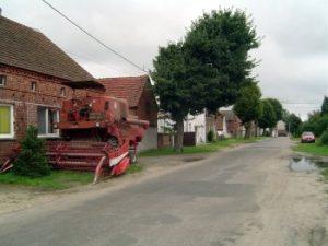 Nur zwei größere Straßen durchziehen das Dorf.