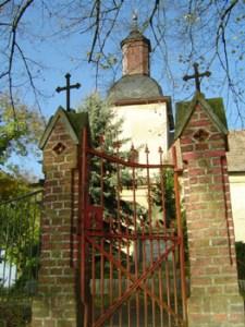 In der Gruft unter dem Turm der 1744 errichteten Kirche zu Berge liegen zwei über 400 Jahre alte Mumien.