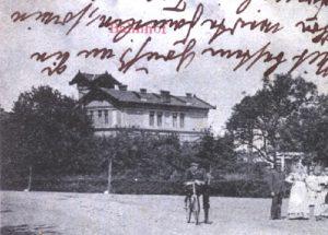 """Paulinenaue um 1900: Natürlich gibt es hier noch keinen Konsum. Der so genannte """"Park"""" von Paulinenaue wurde als Turnplatz der Paulinenauer Schule genutzt. Hier im Vordergrund: Gäste des Gasthofs von Wilhelm Grabau."""