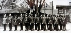 Abb. 2: Die Paulinenauer Feuerwehr posiert auf dem Bahnhofsvorplatz.