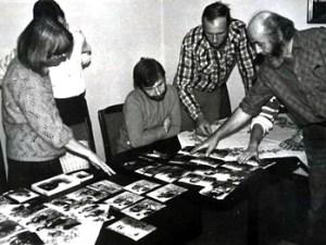 Der Fotozirkel wählt Bilder für eine Ausstellung, 1989