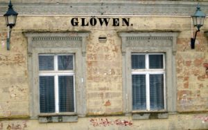 Auch an der Fassade lässt Paulinenaue grüßen.