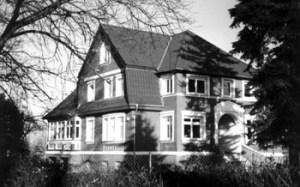 Abb. 2: Zur gleichen Zeit setzt eine starke Besiedlung ein. Das Haus des Gärtners Schumacher in der Bahnhofstraße (Foto von 2004)