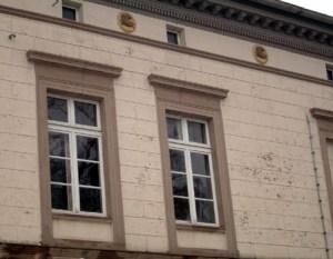 An der Fassade des Bahnhofes Neustadt/Dosse geben kleine Pferdereliefs Hinweis auf die Besonderheit der Stadt.
