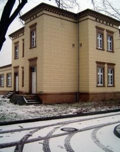 In Neustadt findet man einen von wenigen sanierten Bauten der Strecke - ein Nebengebäude.