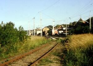 In Paulinenaue zweigen die Gleise nordwärts in einem anmutigen Bogen von der Hauptstrecke Berlin-Hamburg ab.