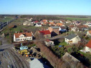 Die Ruppiner Straße durchzieht das Dorf in Nord-Süd-Richtung.